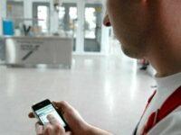 Spies Hecker auf dem Smartphone