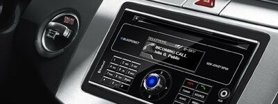 Doppel-DIN-Autoradio steuert auch Handy