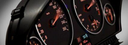 Johnson Controls: LED-Kontrolleuchte mit APIX-Highspeed-Verbindung für BMW