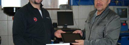 In eigener Sache: KRAFTHAND übergibt iPad an Gewinner des Technologie-Award