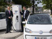 Volkswagen nimmt erste öffentliche Schnellladesäule für E-Fahrzeuge in Betrieb