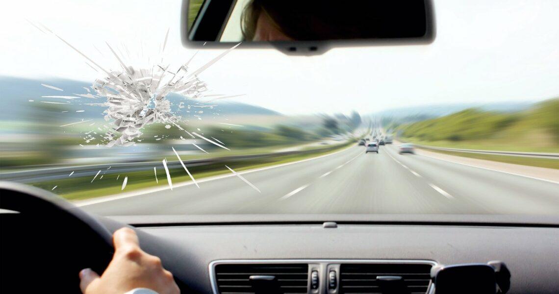 Riss in der Autoscheibe
