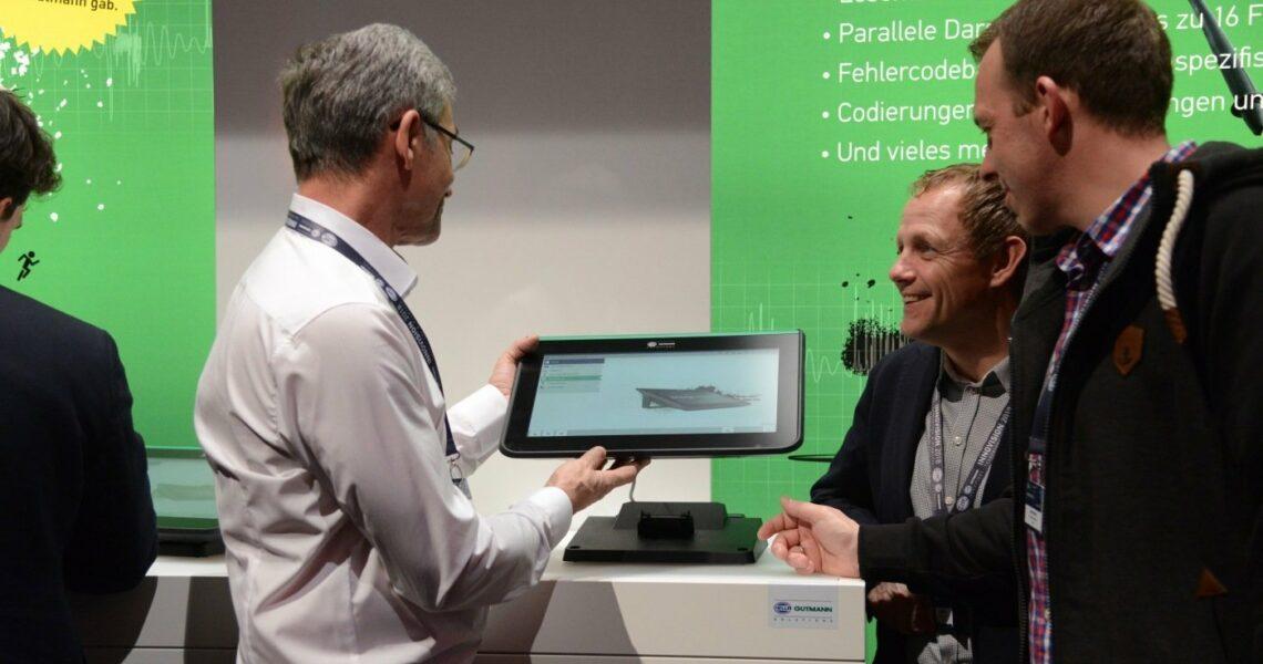 Mega macs 77 wird einem Händler von einem Verkäufer präsentiert