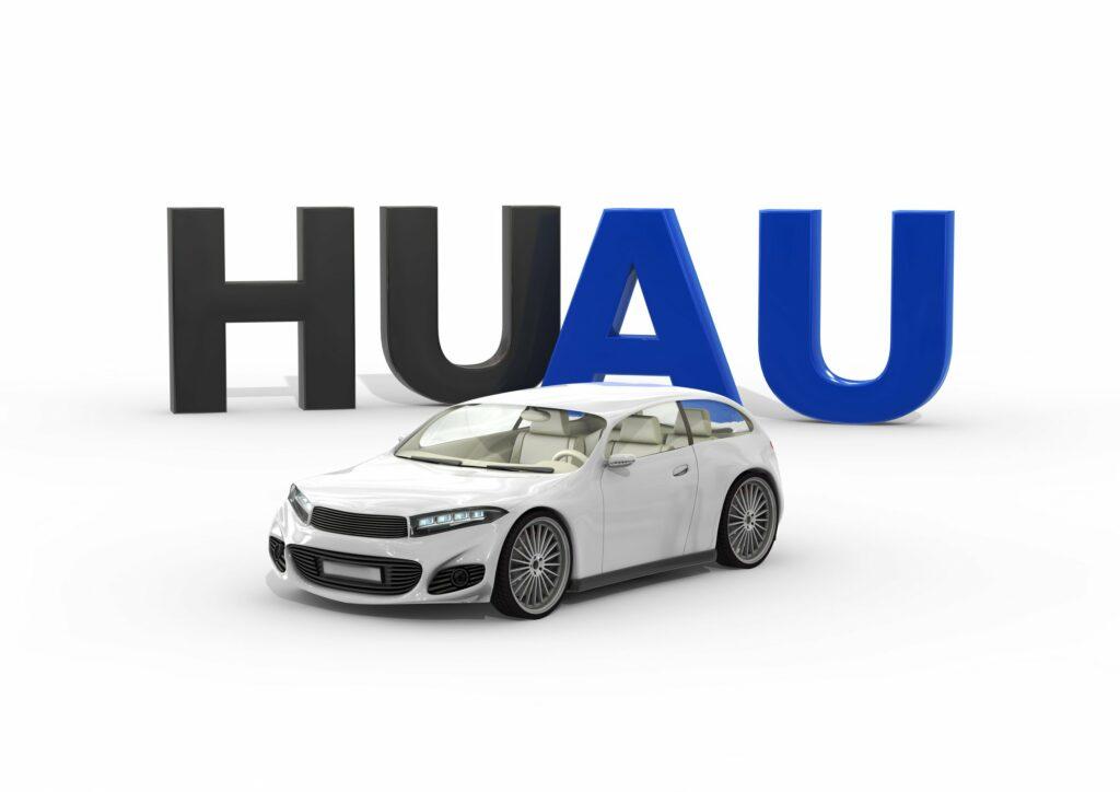 HU- + AU-Schriftzug, Pkw im Vordergrund
