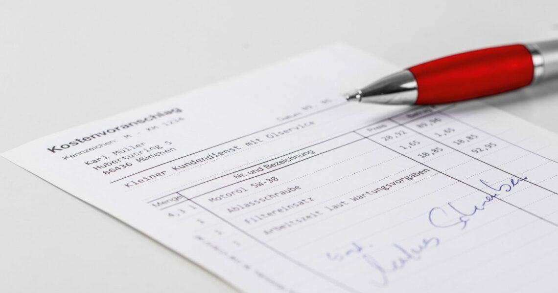 Ein Kostenvoranschlag mit Stift