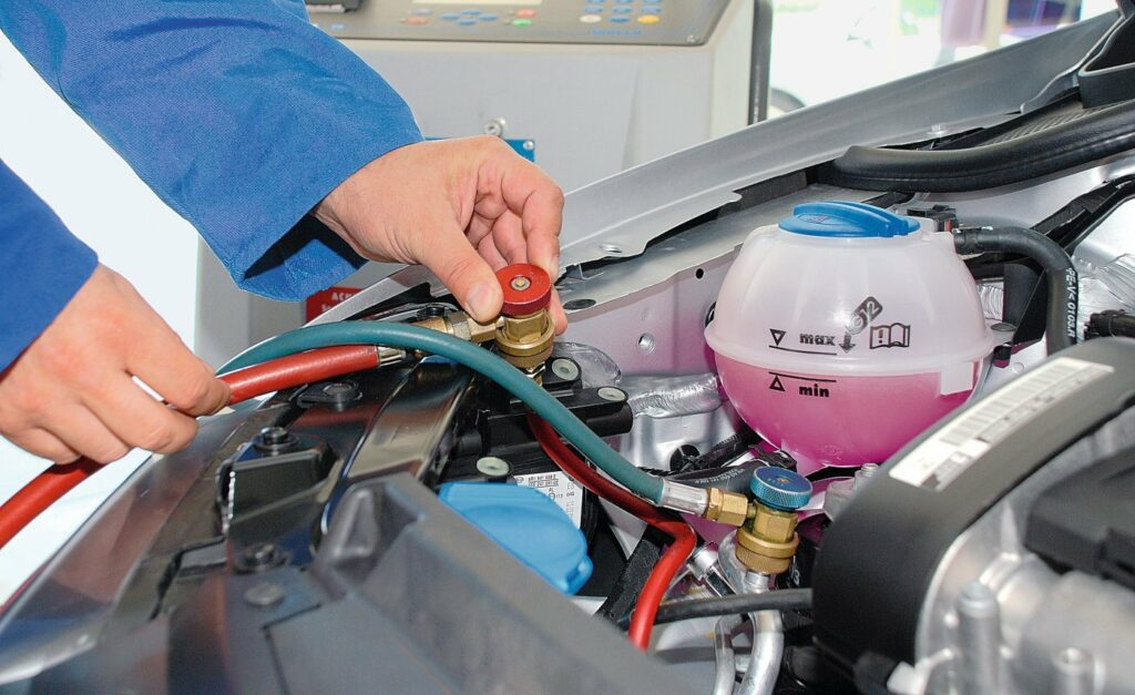 Monteur schließt Klimaservicestation an