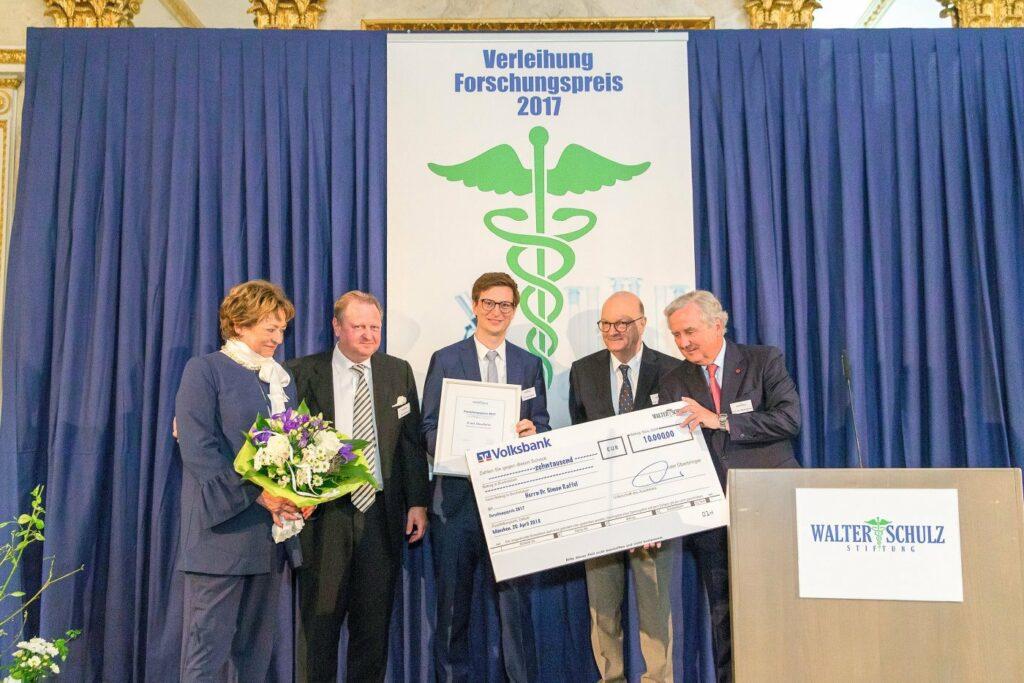 Gruppenbild mit Stiftungsmitgliedern und Preisträgern