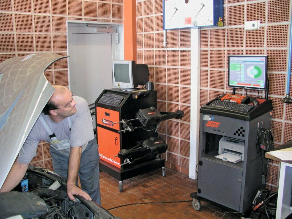 Mecvhatroniker bei der Abgasuntersuchung