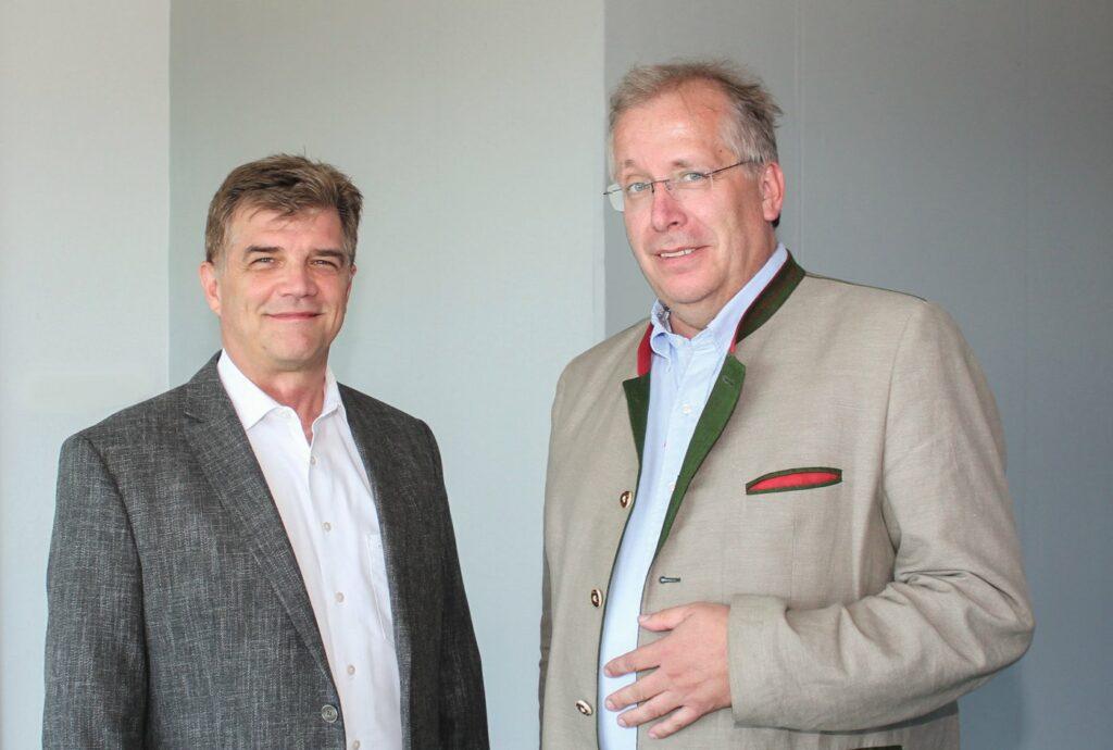 DAT-Geschäftsführer Jens Nietzschmann (links) mit autorechtaktuell.de- Geschäftsführer Elmar Fuchs.