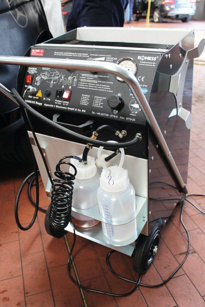 Bremsflüssigkeitswechsel mit Romess RoTWIN