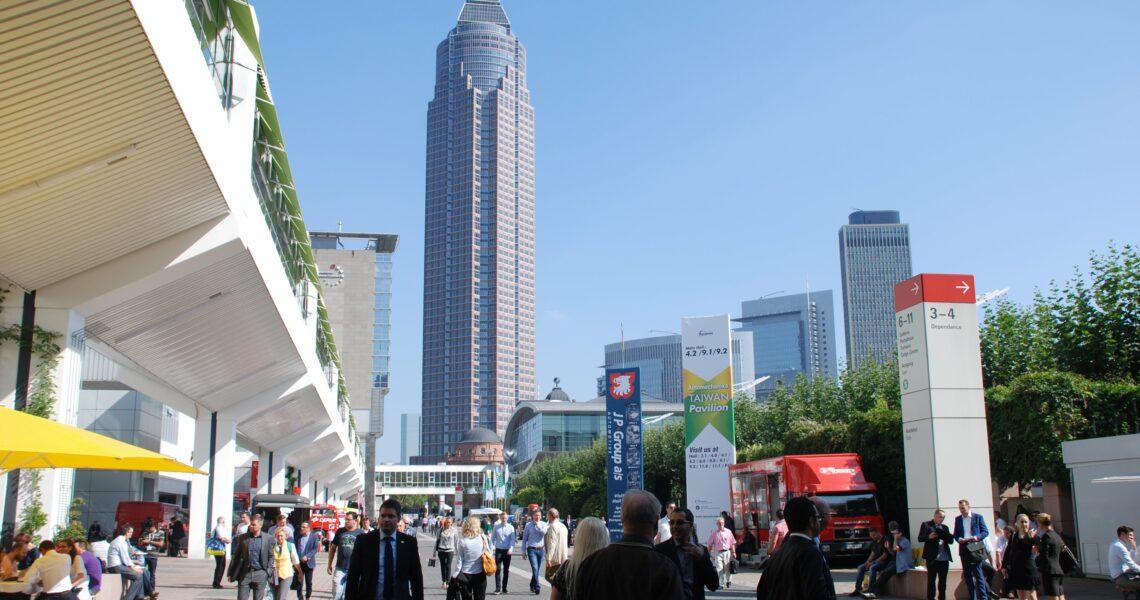Blick auf das Freigelände und den Messeturm der Messe Frankfurt