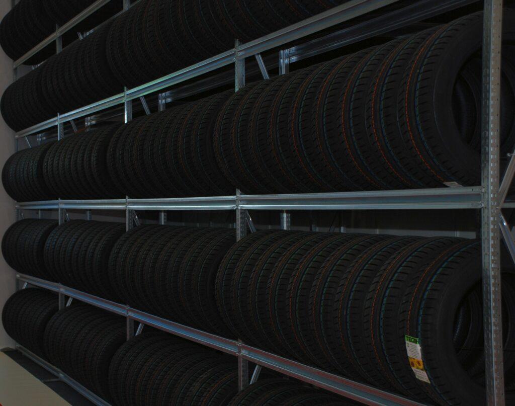 Blick in ein Reifenlager