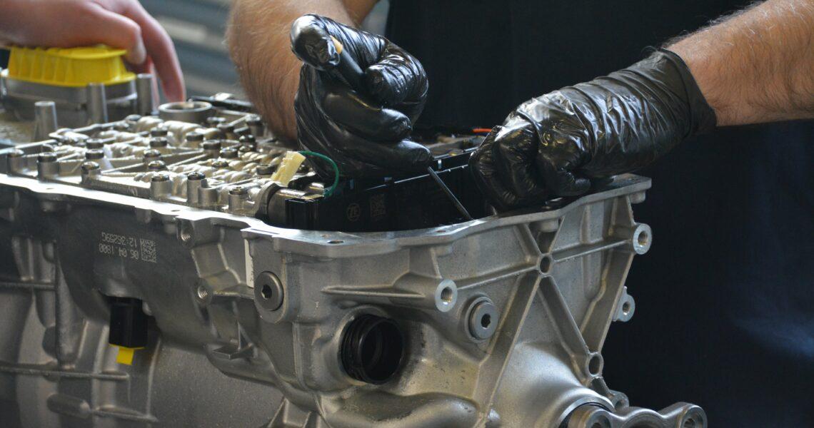 Mechaniker repariert Getriebe