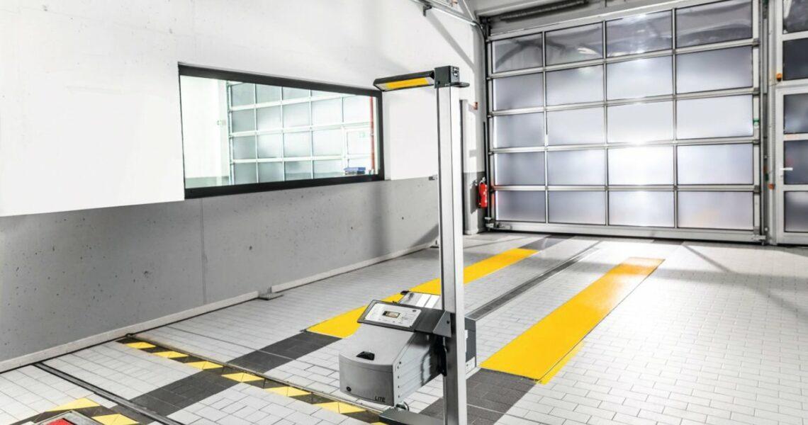 Lasermessgerät zur Scheinwerfereinstellung von Dekra