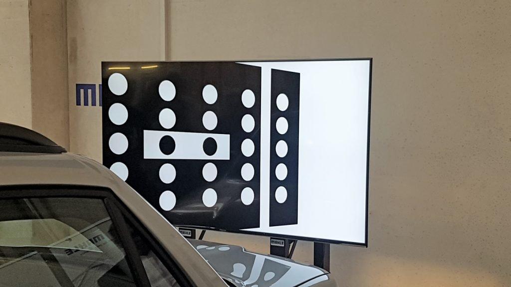 Kalibriersystem zur Einstellung von Fahrerassistenzsystemen mit Kalibriertafel