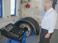 Wie der Werkstattprofi beim Räderservice Wuchtungenauigkeiten vermeidet