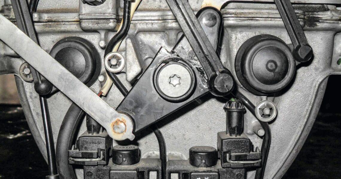 Schaltgestänge am Saugrohr eines Mercedes-Benz-Motors