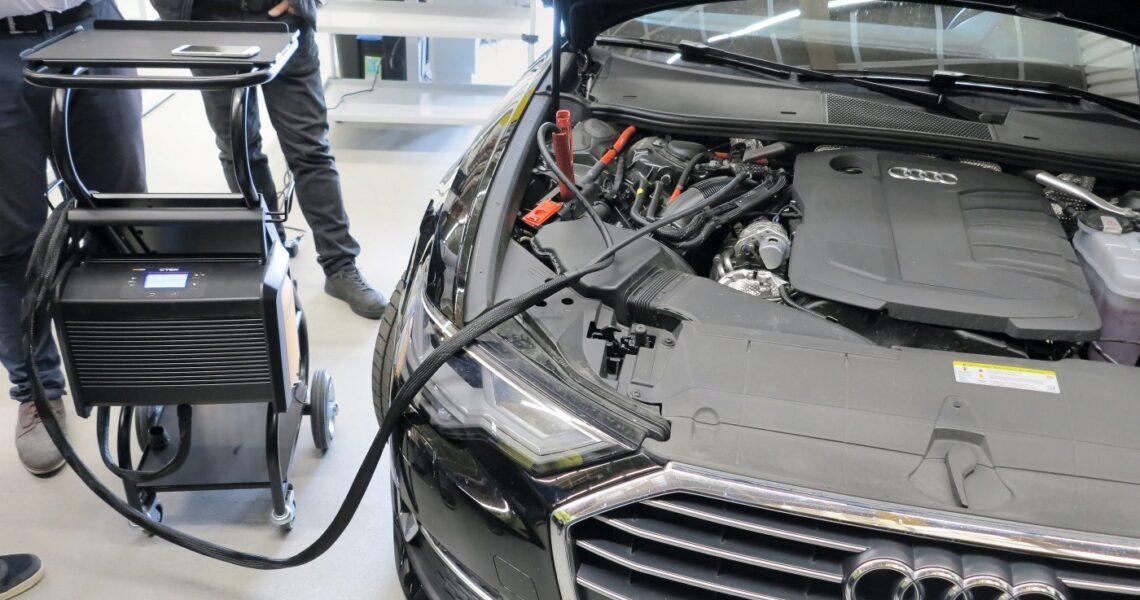 Wartungsarbeiten an einem Fahrzeug mit dem Ladegerät Pro120 von Ctek