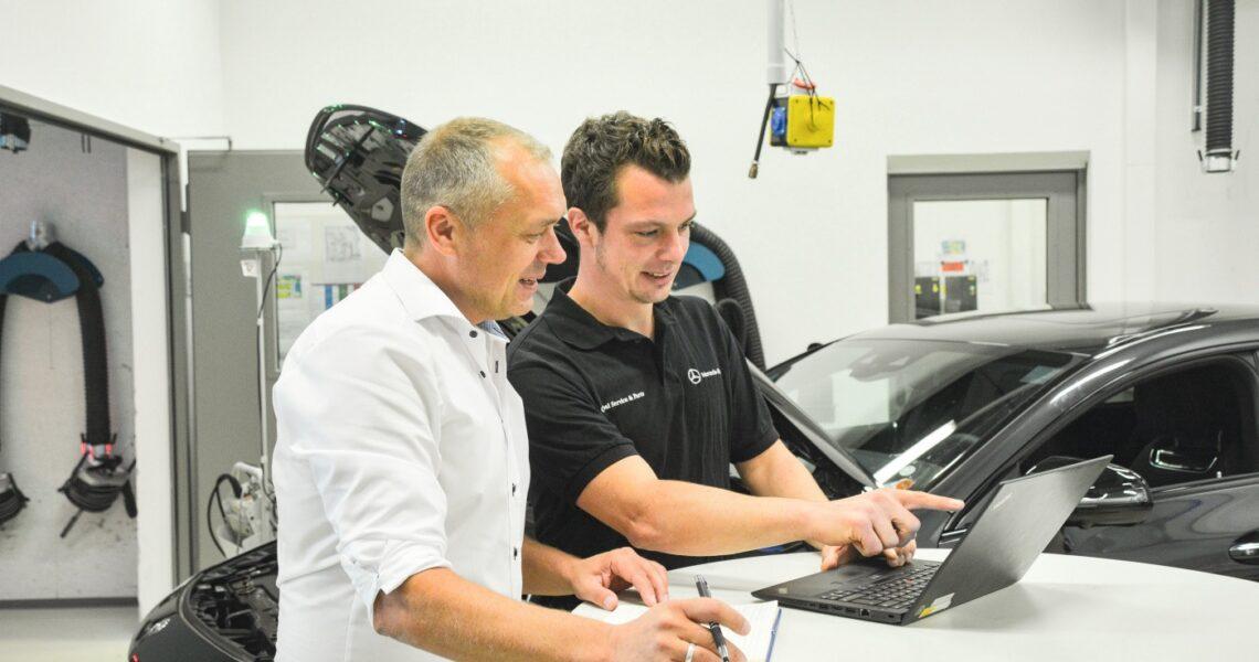Tobias Eckardt, Produktmanagement WIS bei Mercedes und KRAFTHAND-Chefredakteur Torsten Schmidt