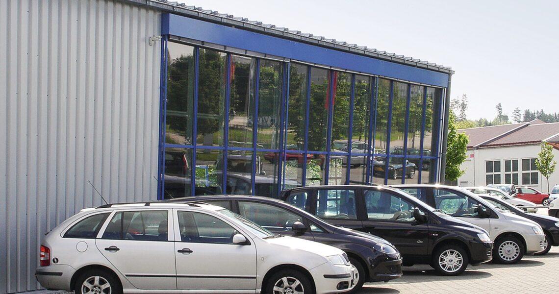 Kundenparkplatz einer Kfz-Werkstatt