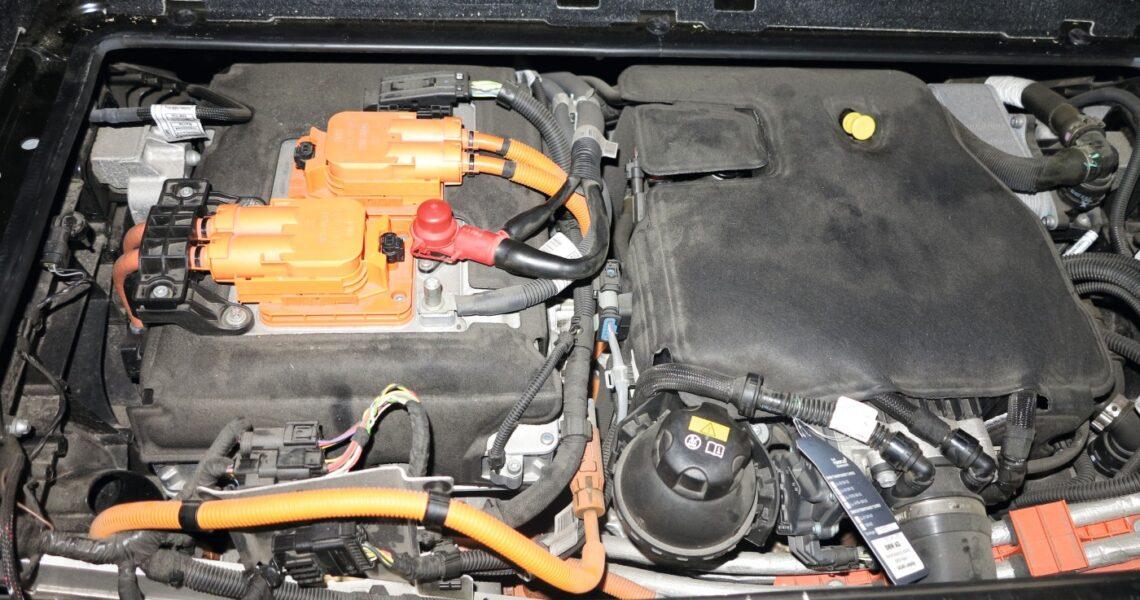 """Motorraum"" eines Hybrid-/Elektrofahrzeug"