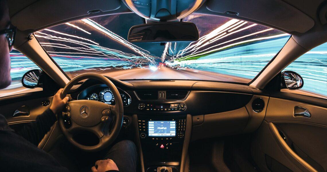 Blick aus dem Cockpit eines Mercedes auf die Straße