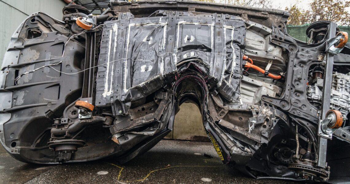 Kaputtes Elektroauto nach einem Crashtest