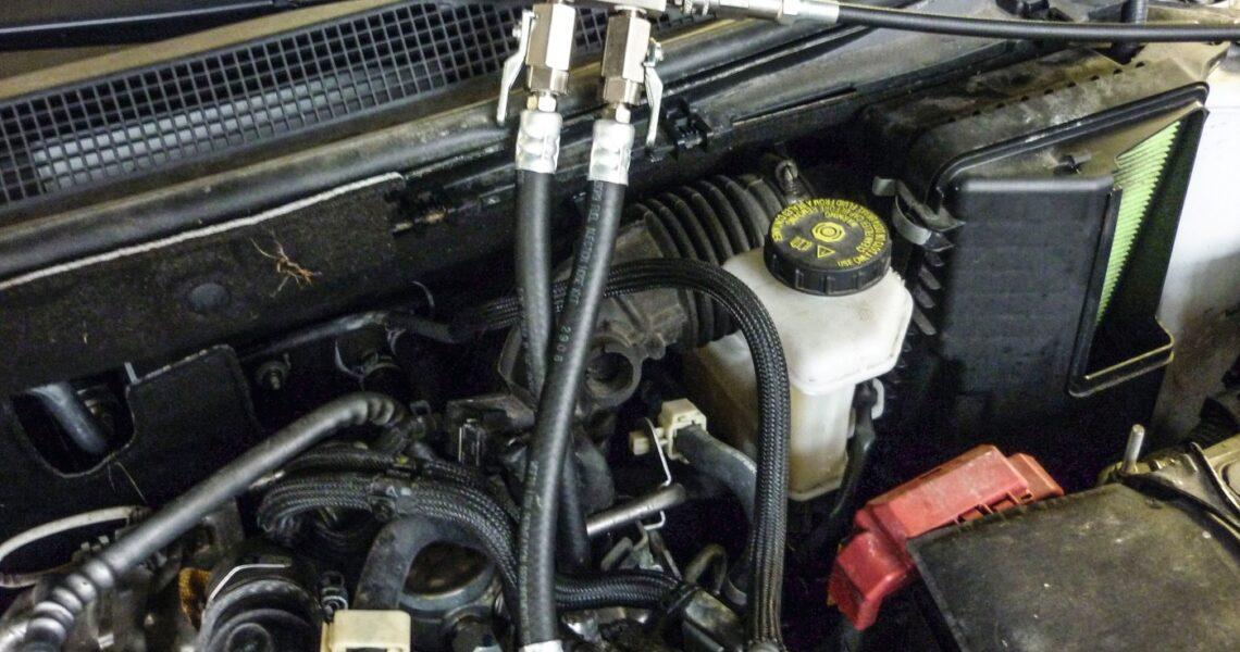 Servicegerät mit In-Line-Adapter mit Kraftstoffanschlüsse verbunden