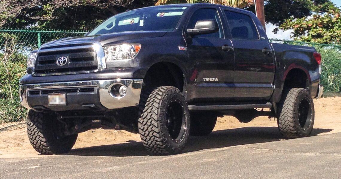 Höher gelegter Pick-Up-Truck
